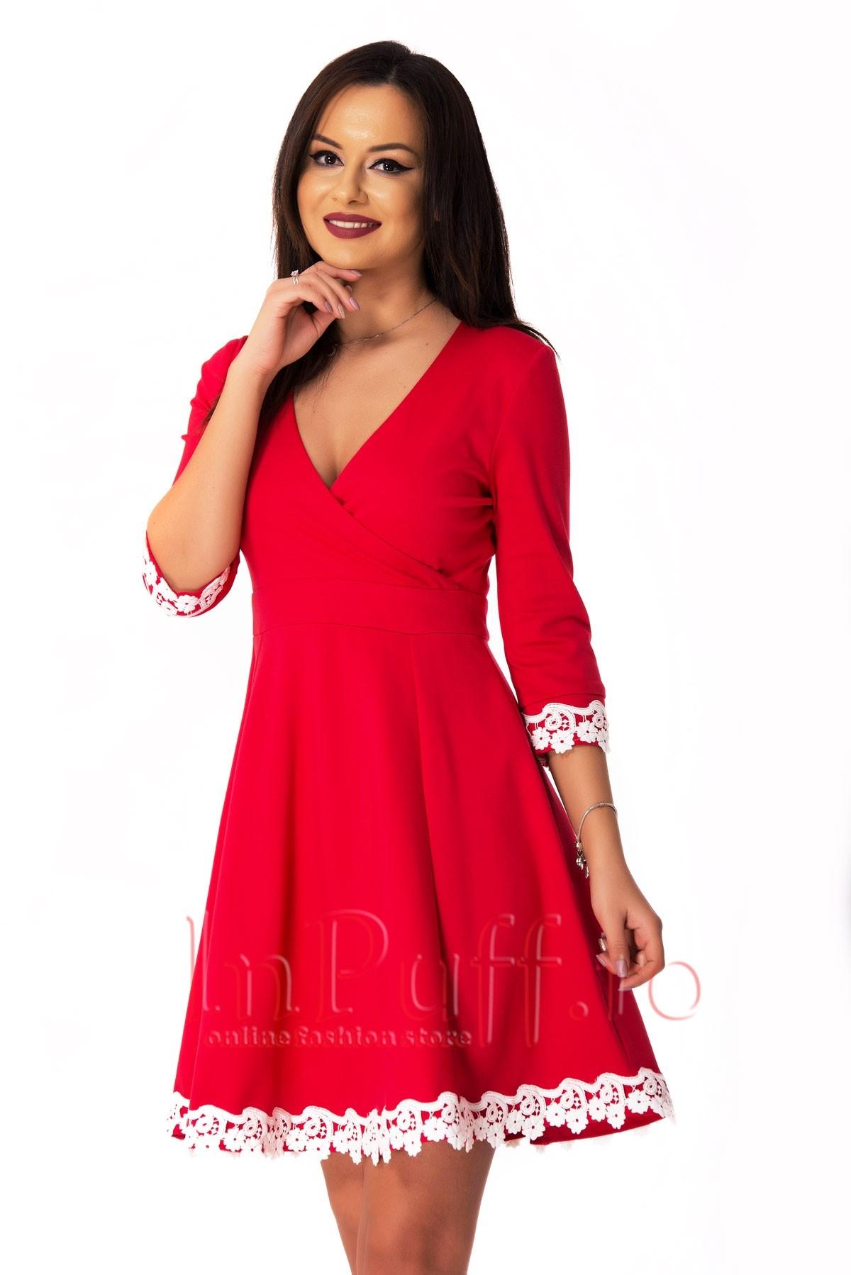 Rochie eleganta rosie accesorizata cu broderie alba