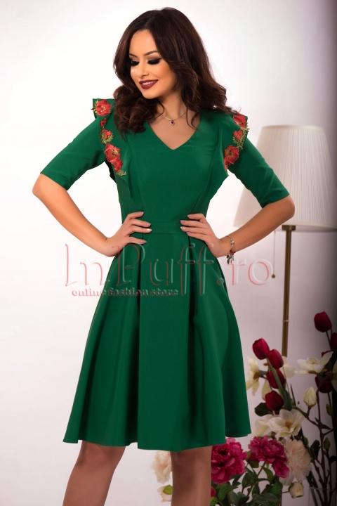 Rochie eleganta verde accesorizata cu flori brodate