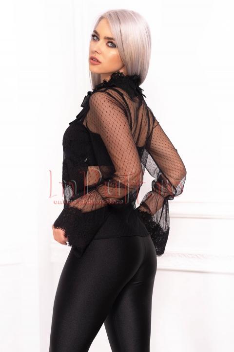 Bluza neagra accesorizata cu dantela si camee la gat