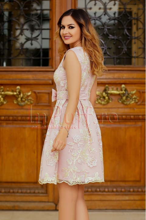 Rochie MBG roz cu funda in talie si broderie florala galbena