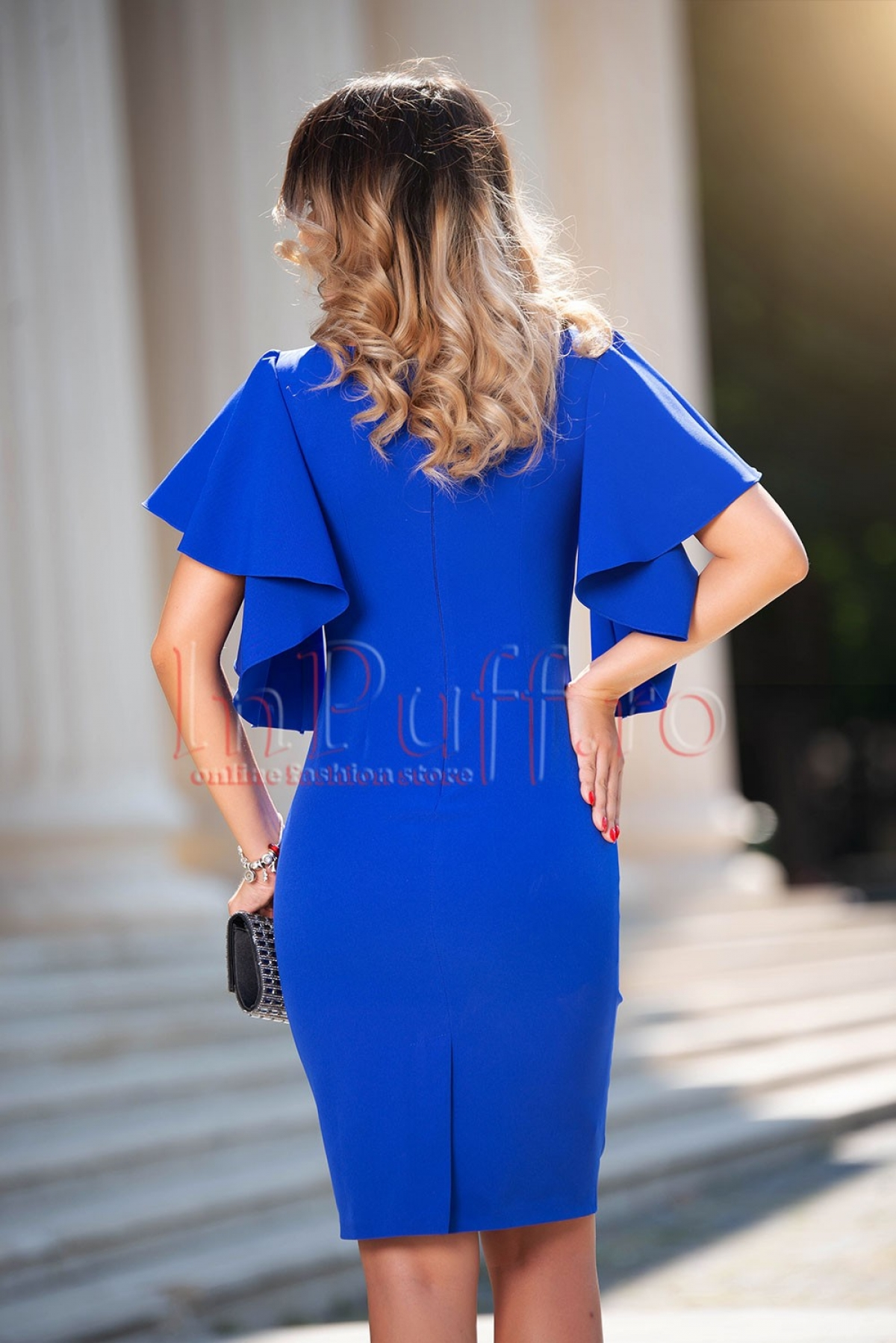 Rochie MBG midi albastra cu volane in zona manecilor si accesoriu pretios la umar