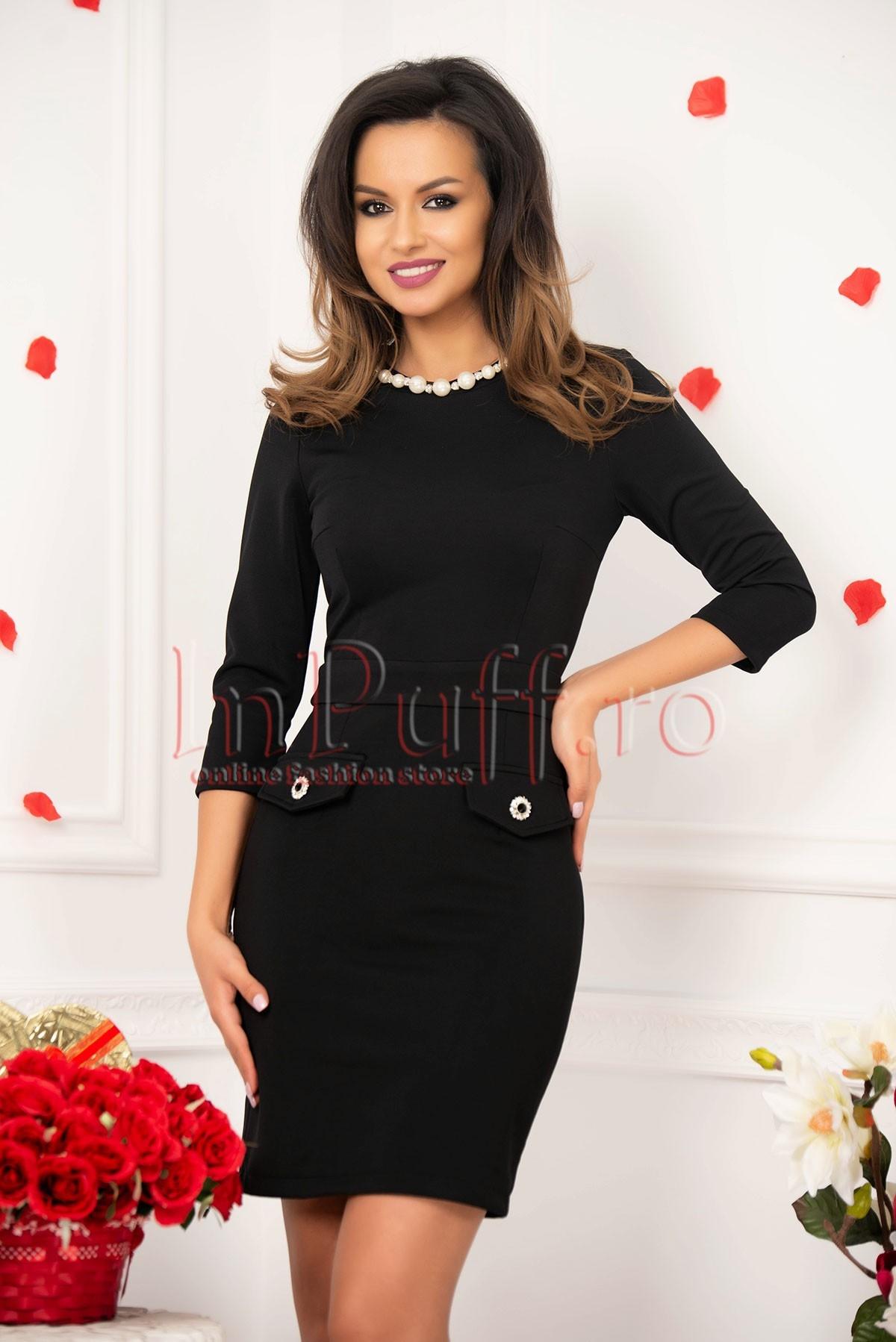 Rochie neagra cu colier din perle