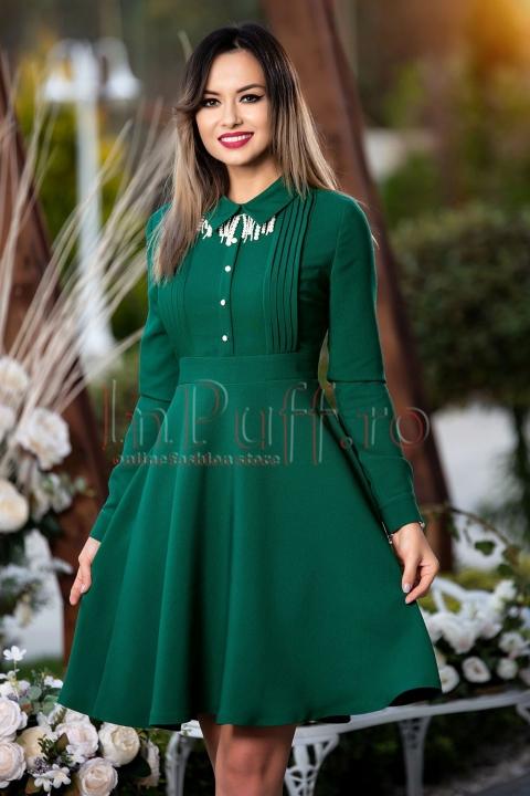 Rochie verde cu colier din perle