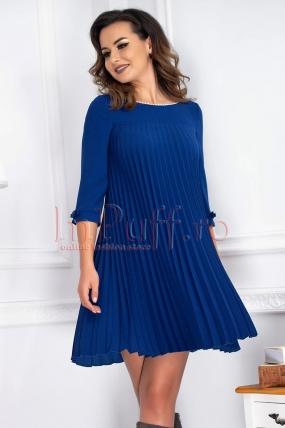Rochie eleganta din bistrech albastru si perle albe la gat