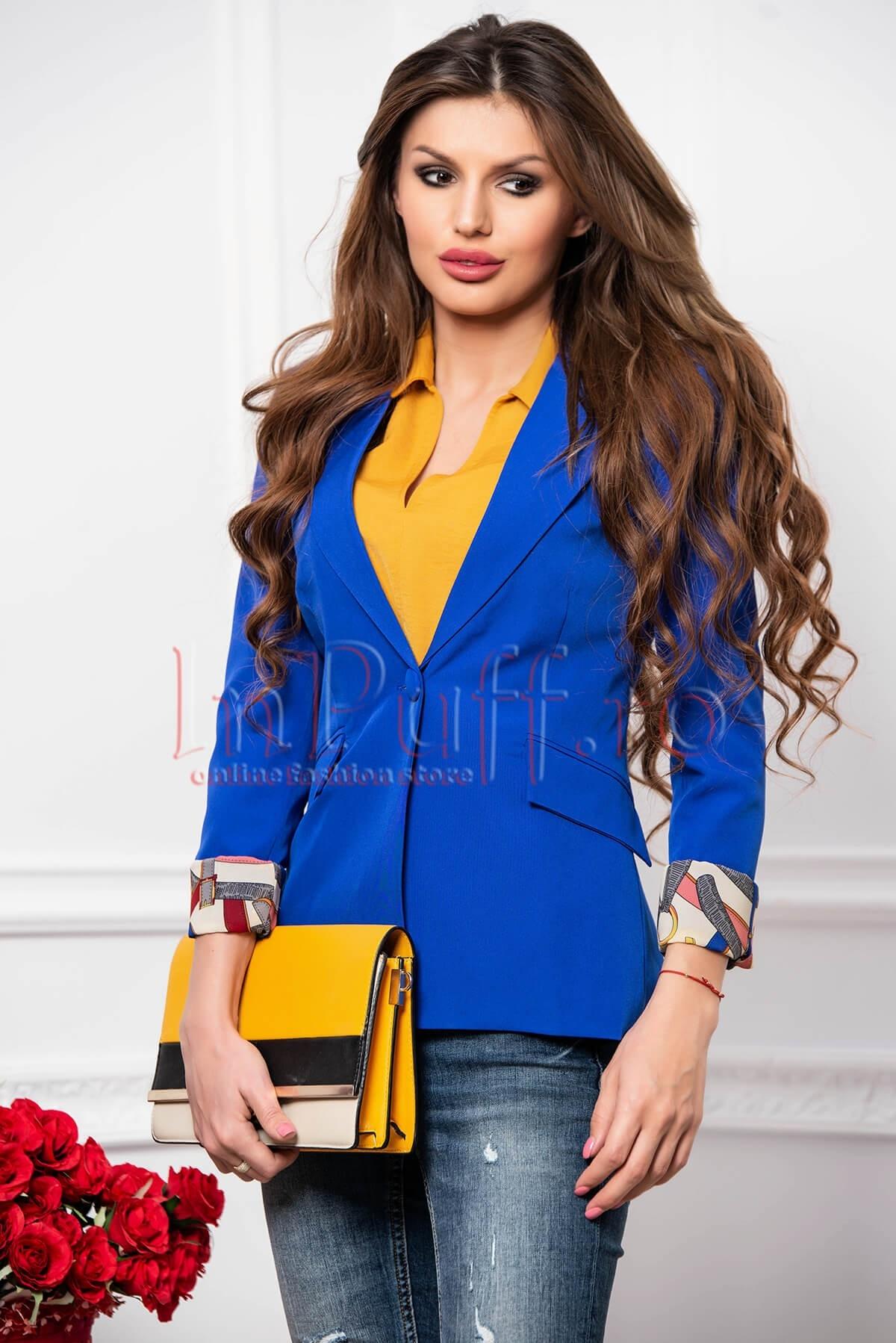 Sacou dama albastru cambrat cu manseta dublata cu imprimeu multicolor
