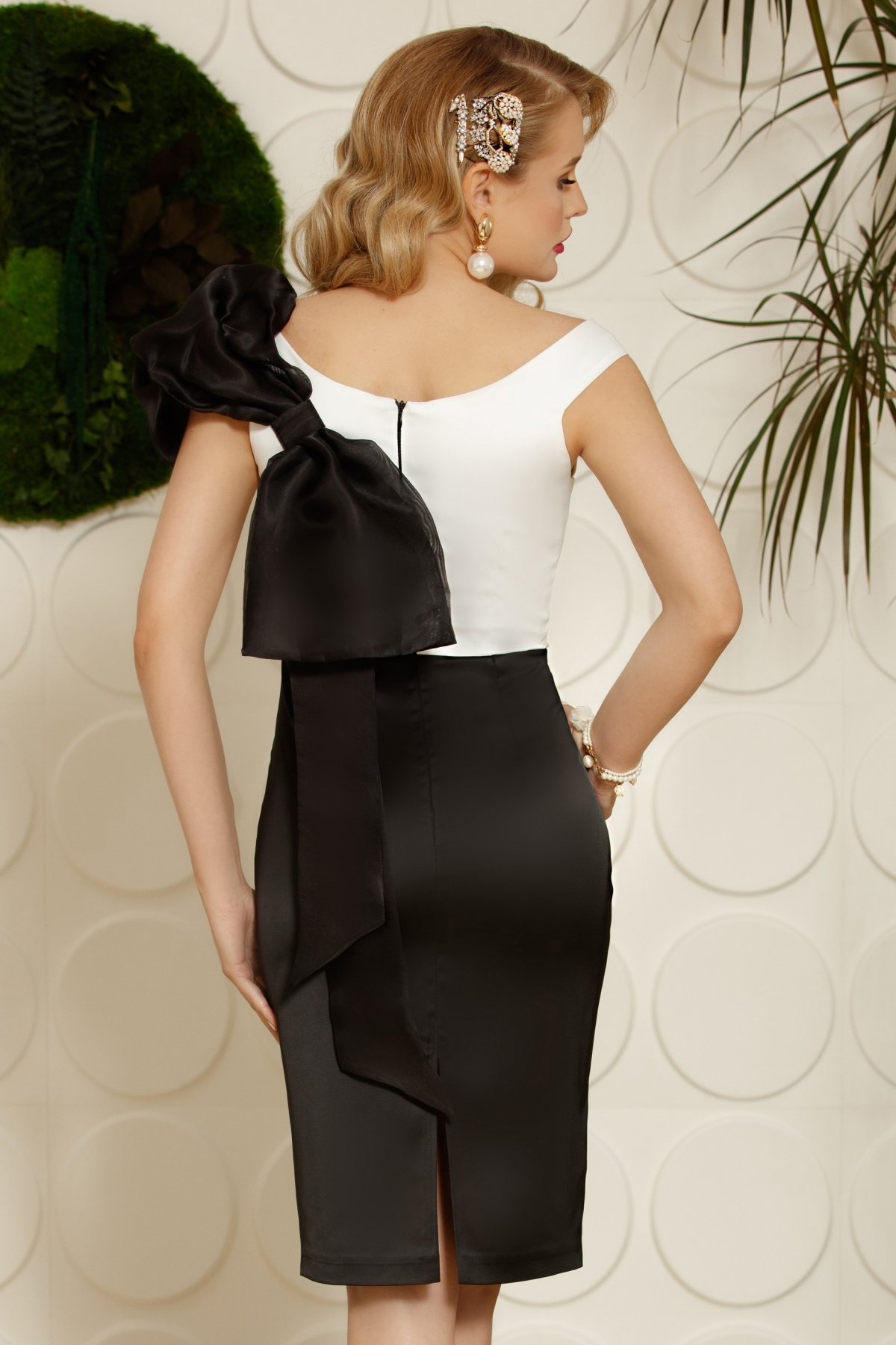 Rochie de ocazie neagra din satin cu funda din organza pe spate