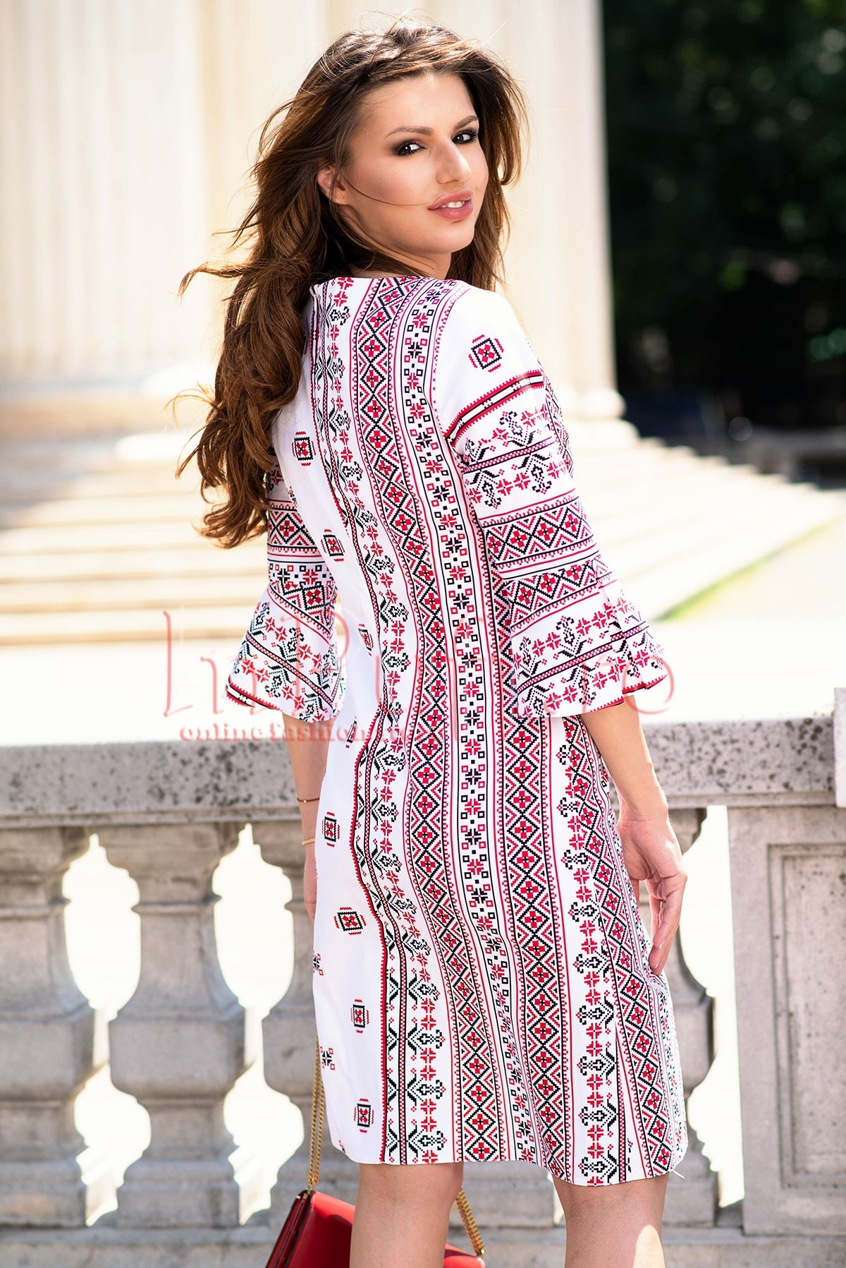 Rochie eleganta alba cu motive traditionale