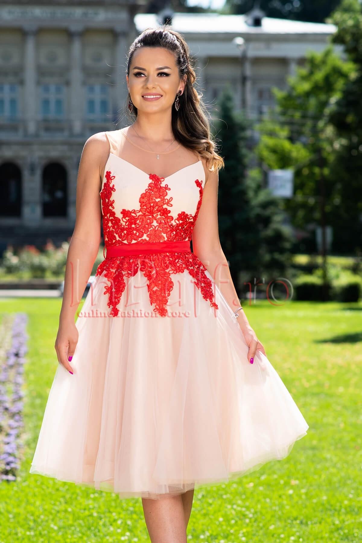 Rochie de ocazie din tull cu broderie florala rosie in zona bustului