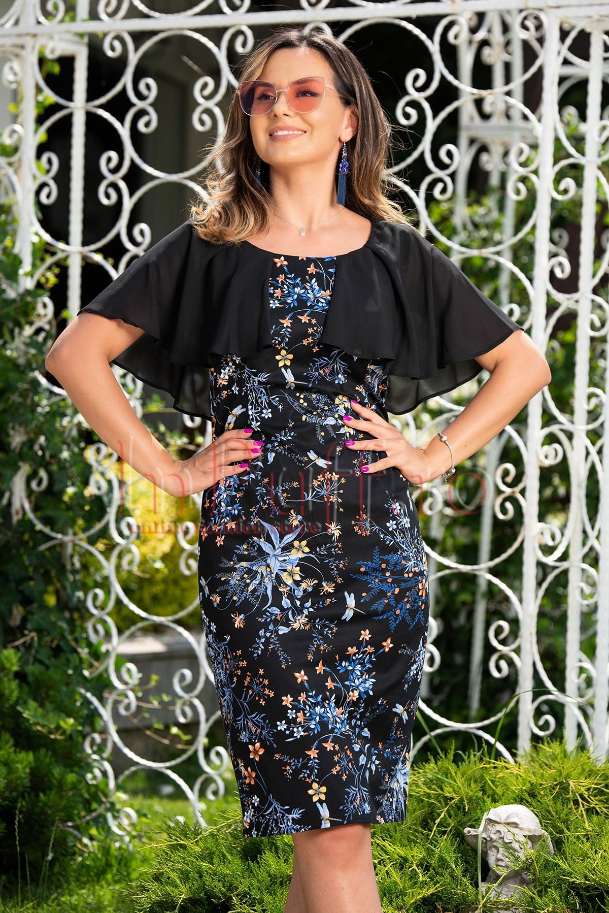 Rochie de seara neagra cu imprimeu floral si pelerina din voal