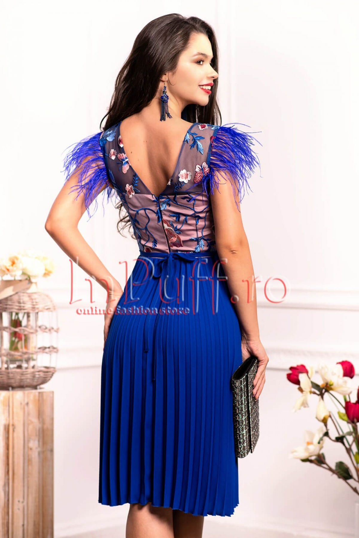 Rochie midi albastra cu bust din tul brodat si pene la umar