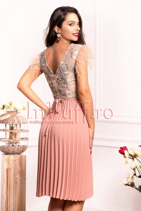 Rochie midi roz cu bust din tul brodat si pene la umar