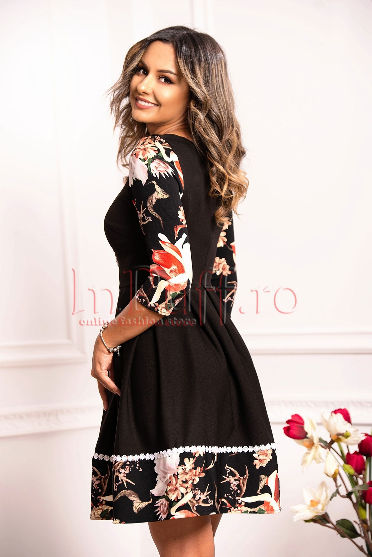 Rochie neagra cu insertii de broderie florala