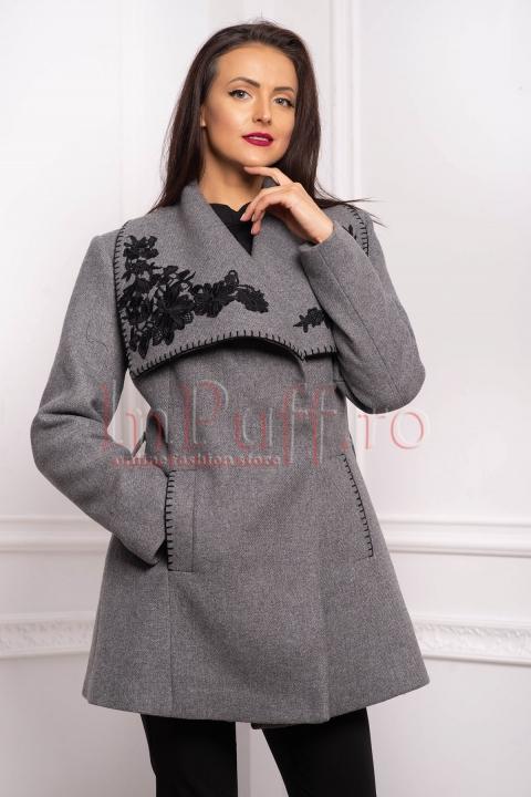 Jacheta dama din stofa gri cu broderie florala neagra la guler si buzunare laterale