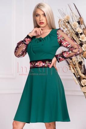 Rochie de seara verde cu maneca lunga din tul cu broderie florala multicolora si cordon lat in talie