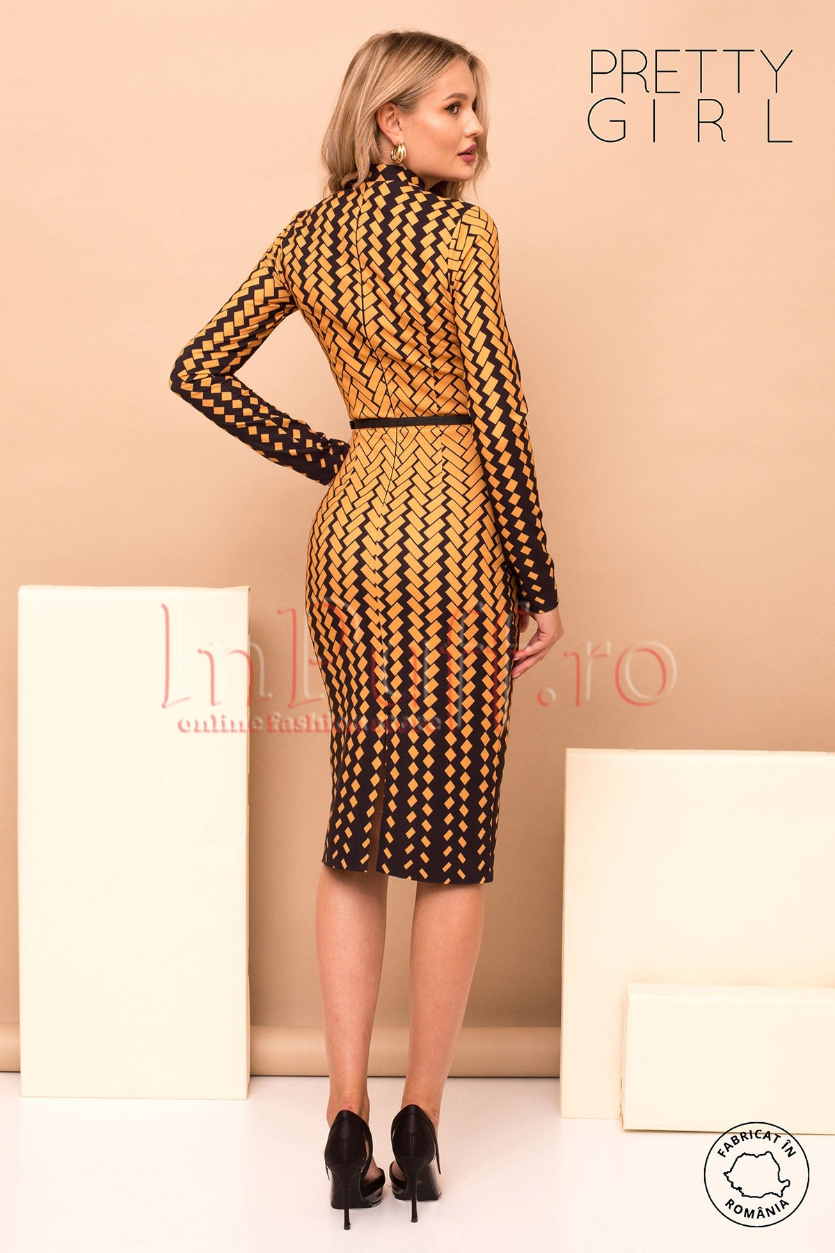 Rochie Pretty Girl cu imprimeu geometric in nuante de mustar office midi conica cu maneca lunga