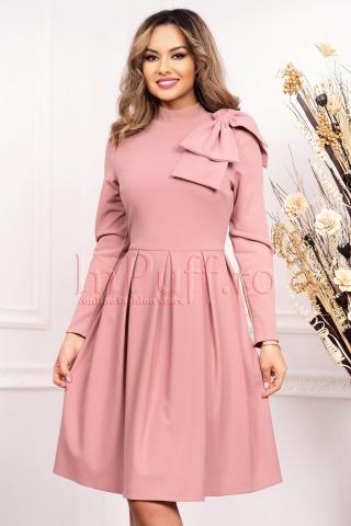 Rochie roz prafuit de seara midi cu pliuri late accesorizata cu funda eleganta pe umar si maneca lunga