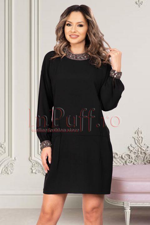 Rochie eleganta neagra bistrech accesorizata cu pietricele in zona manecilor si a gulerului