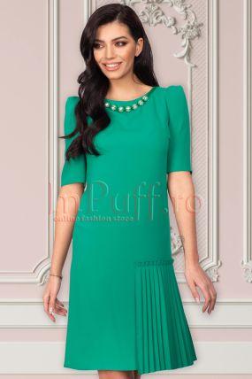 Rochie Xara verde accesorizata cu perle si element plisat