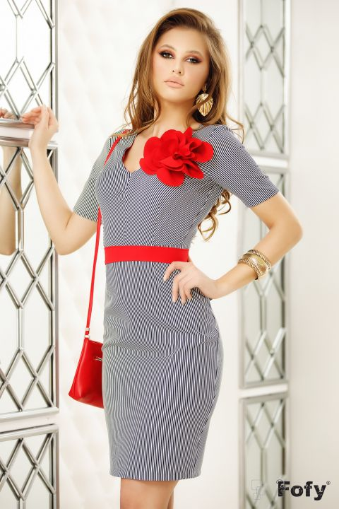 Rochie Fofy cu dungi verticale si brosa tip floare rosie