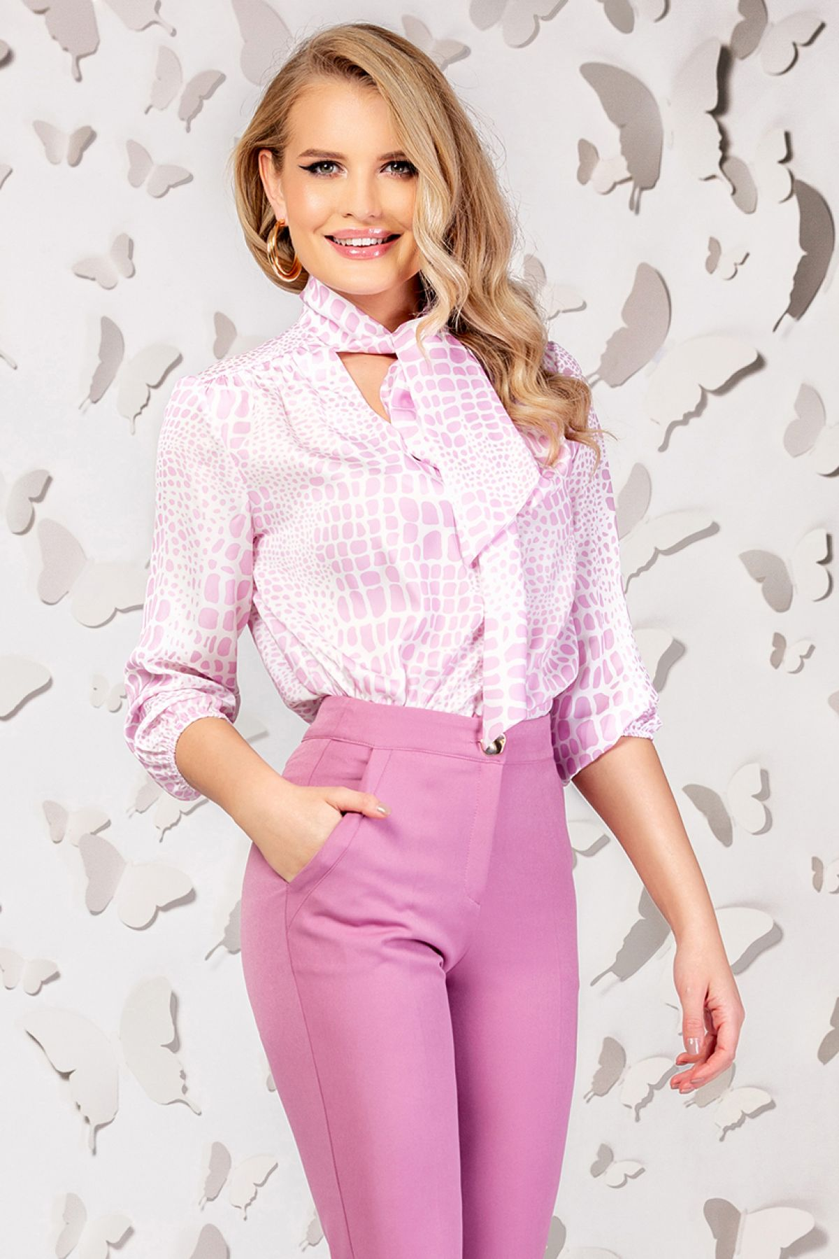 Bluza alba cu imprimeu roz girafa si guler tip esarfa
