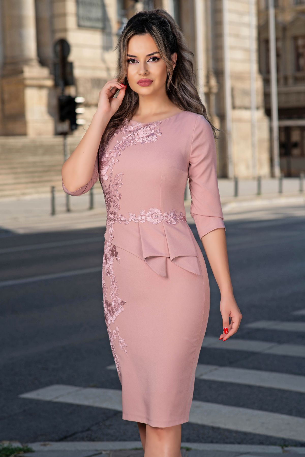Rochie de ocazie MBG roz pudrat cu broderie si peplum asimetric
