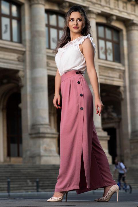 Pantaloni roz prafuit evazati cu crapatura si nasturi pe laterale