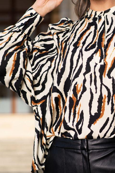 Bluza lejera asimetrica cu animal print si maneci tip fluture