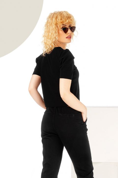 Bluza neagra cu maneca scurta si umeri usor bufanti