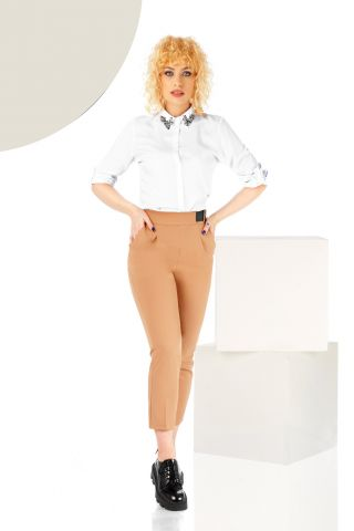 Pantaloni bej conici cu accesoriu curea si buzunare laterale functionale