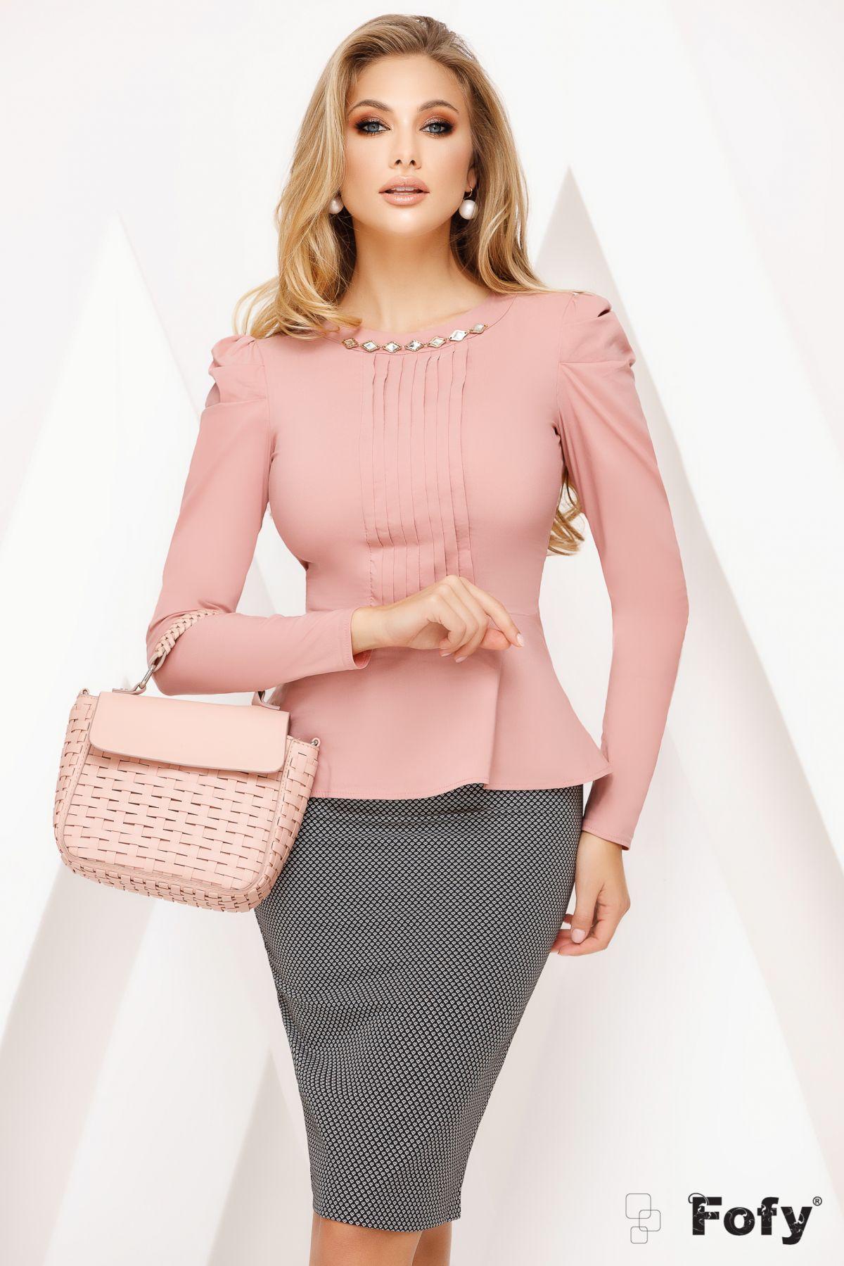 Camasa office roz pudrat cu accesoriu metalic si pliuri frontale