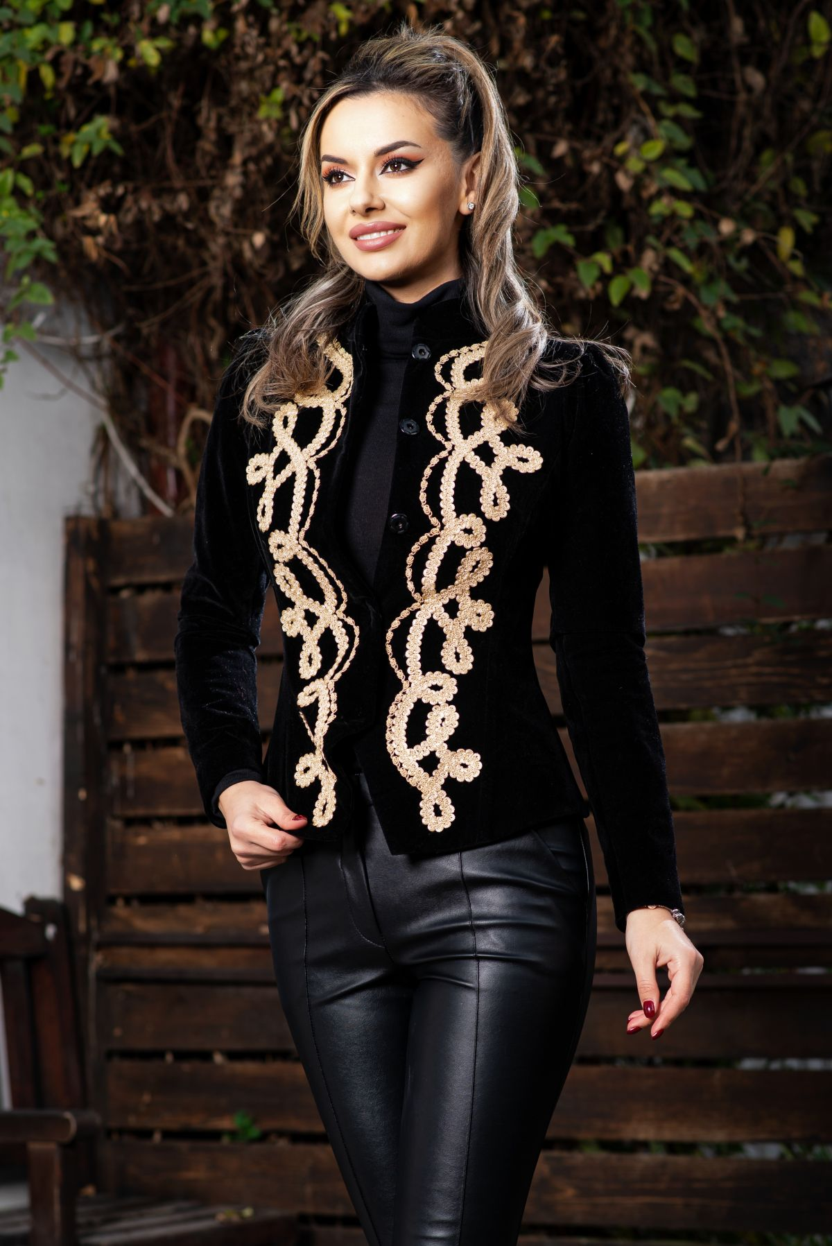 Jacheta eleganta dama din catifea neagra accesorizata cu broderie aurie