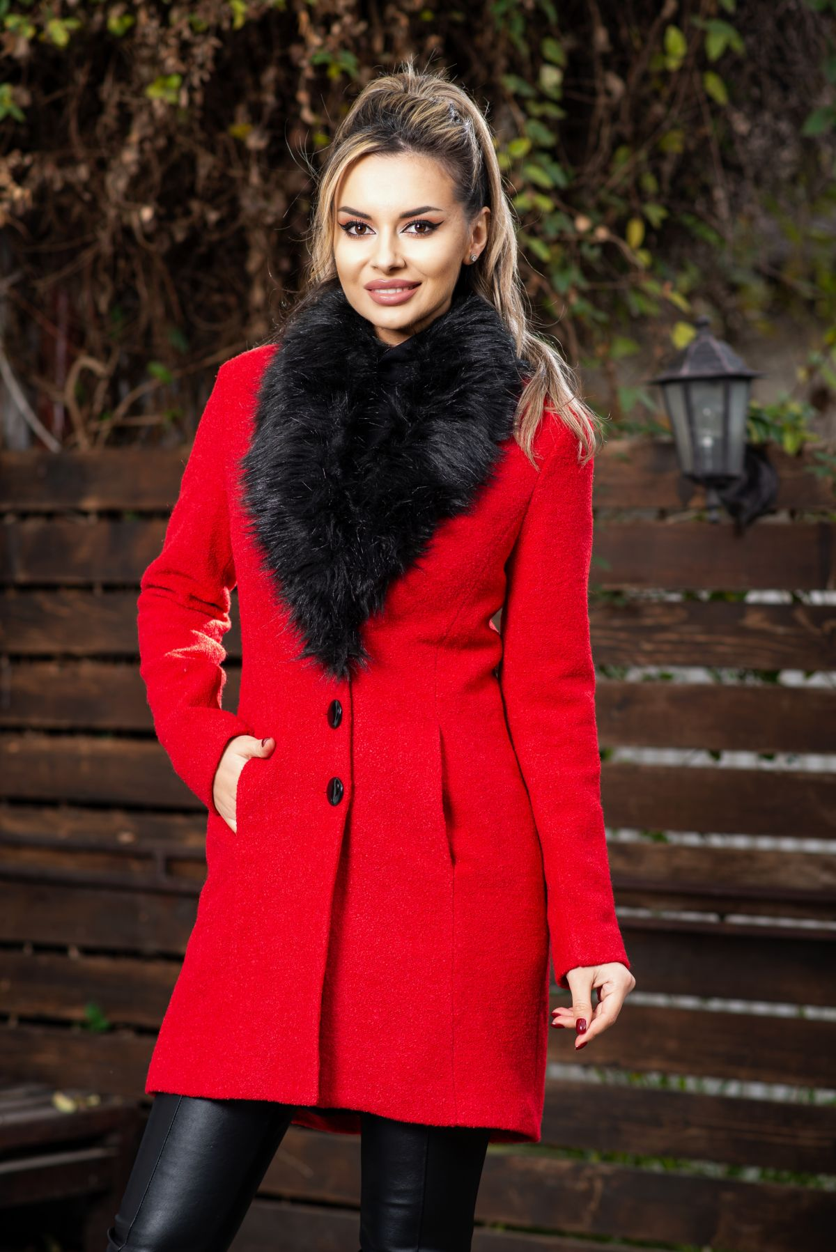 Palton elegant din stofa rosu matlasat cu blanita neagra