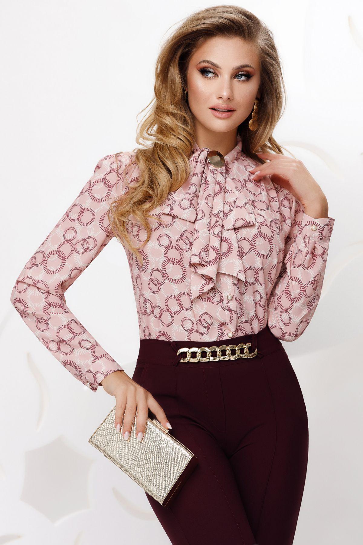 Bluza roz din voal cu print geometric si funda stilizata cu accesoriu auriu