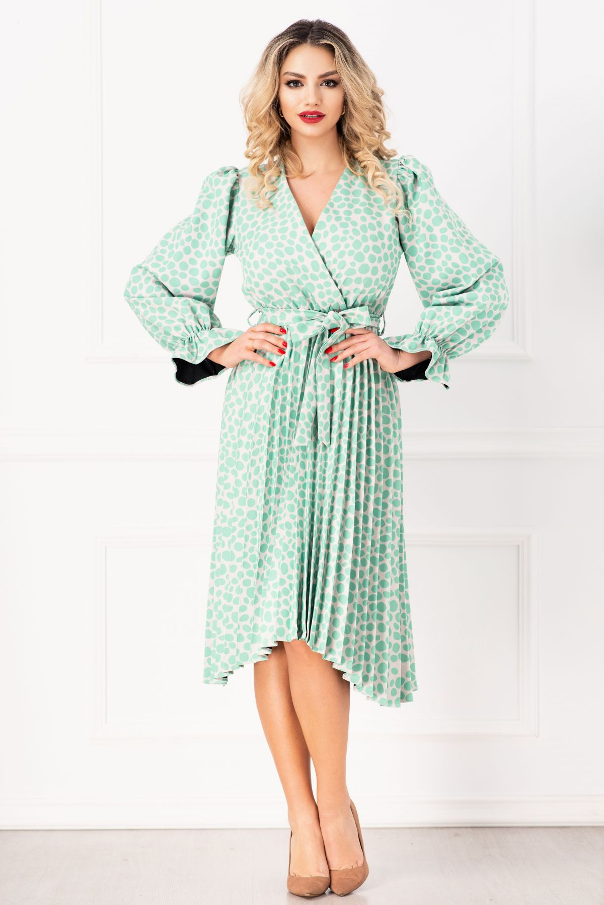 Rochie plisata cu imprimeu buline si bust petrecut