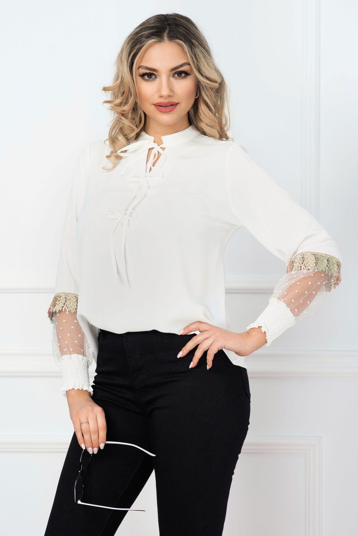 Bluza casual alba cu insertii din organza si model colorat aplicat