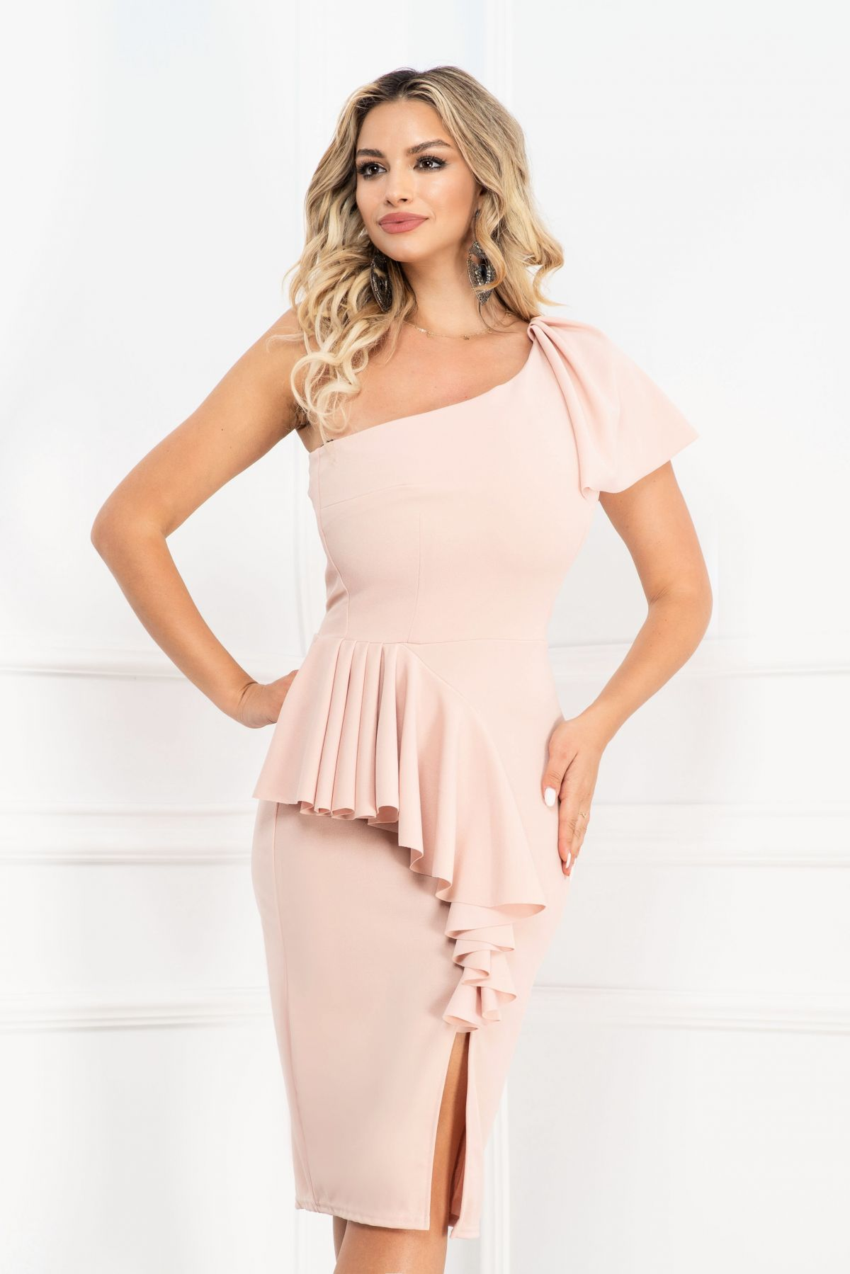 Rochie eleganta Luisa roz cu volane si un umar gol
