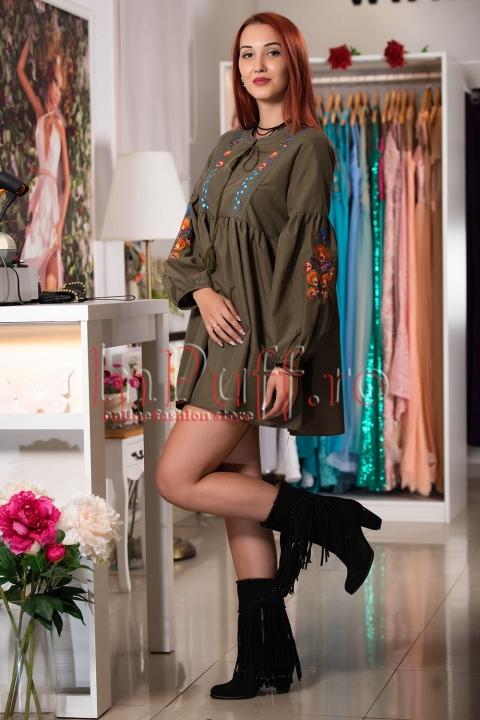 Rochie moderna kaki cu maneci bufante si broderie colorata