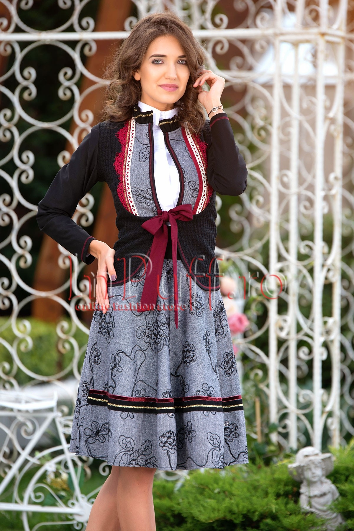 Compleu traditional dama cu detalii din dantela grena si paiete negre