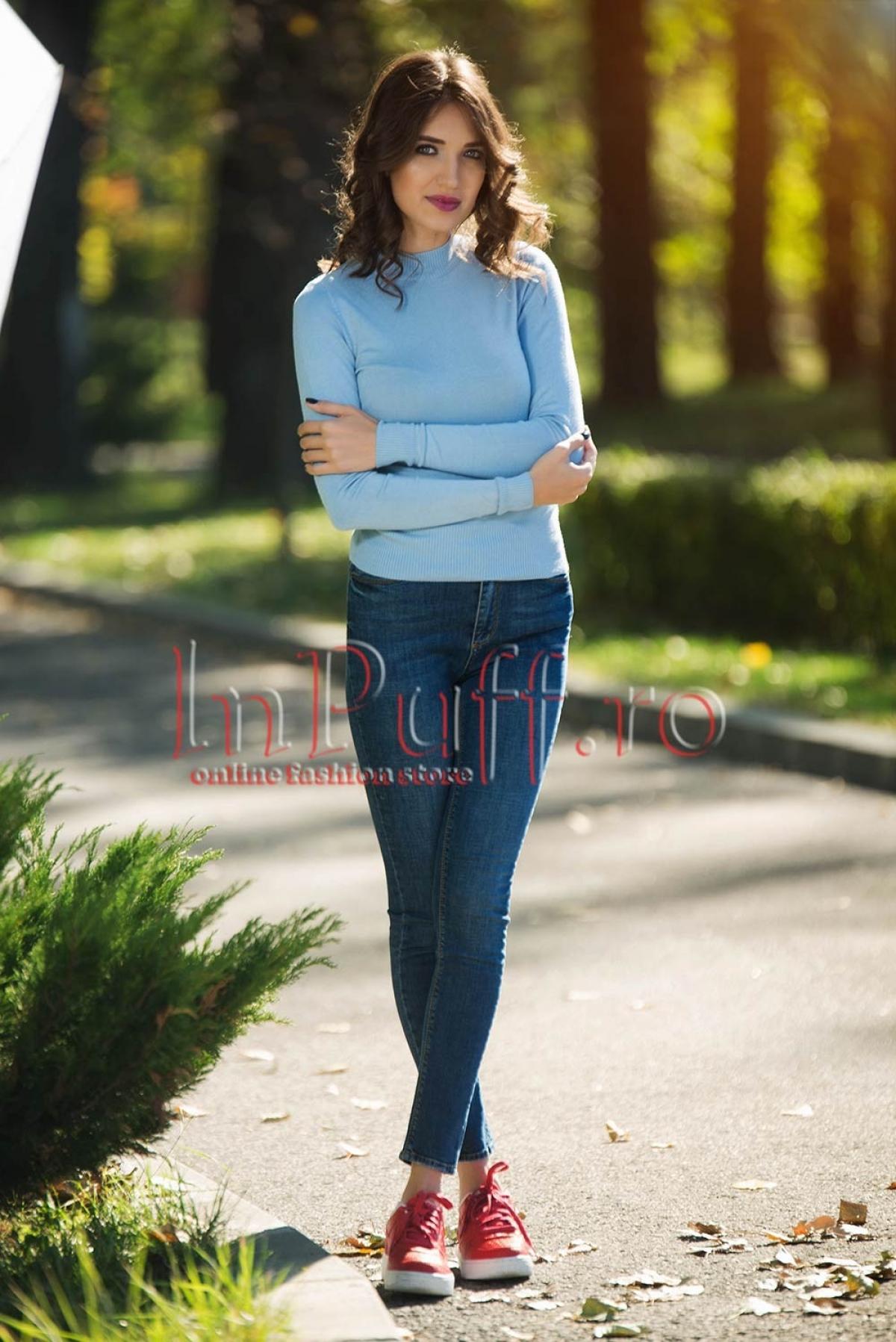 Bluza albastru deschis cu guler